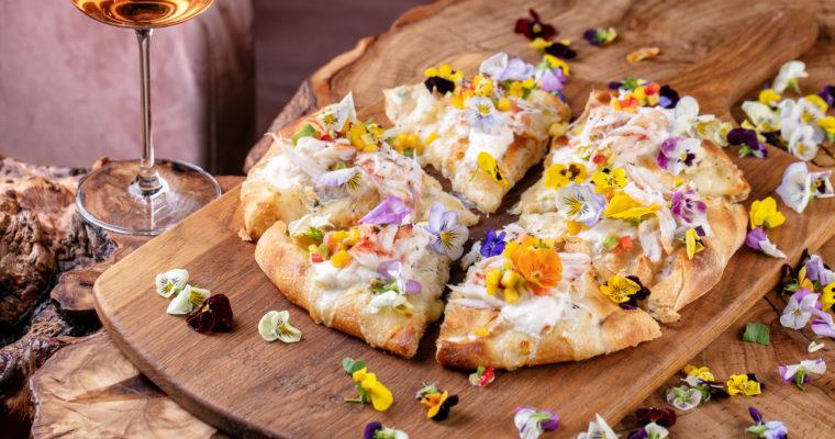Фиалковая пицца: 8 марта в Scrocchiarella