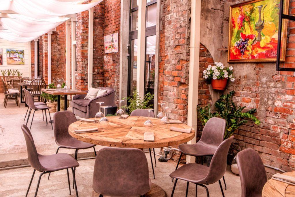 Веранда ресторана Maer на Бадаевском. Лето обещает быть ярим
